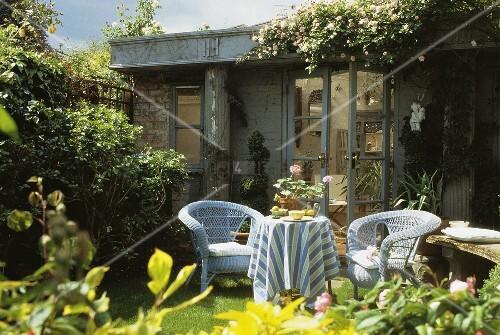 hellblaue korbm bel auf terrasse vor sommerhaus bild. Black Bedroom Furniture Sets. Home Design Ideas