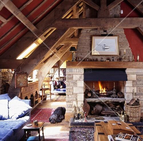 umgebaute scheune mit balkendecke und tragwerk in offenen wohnraum mit kamin bild kaufen. Black Bedroom Furniture Sets. Home Design Ideas
