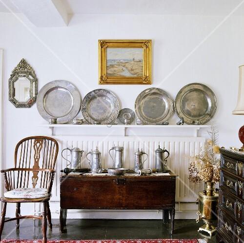 antiker holzstuhl neben kommode mit zinnkr gen vor sammlung mit zinntellern auf heizk rper. Black Bedroom Furniture Sets. Home Design Ideas
