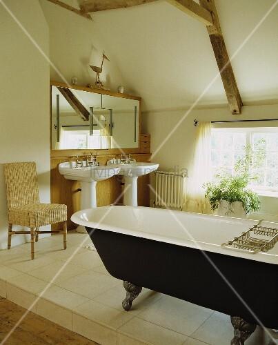 offenes bad mit freistehender badewanne im vintagelook unter dem dach bild kaufen living4media. Black Bedroom Furniture Sets. Home Design Ideas