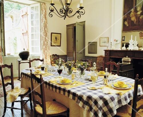 gedeckter tisch mit schwarz wei karierter tischdecke im traditionellen esszimmer bild kaufen. Black Bedroom Furniture Sets. Home Design Ideas