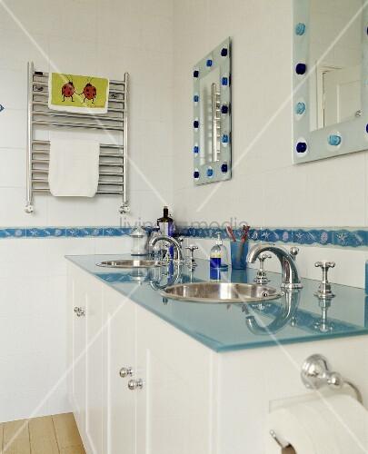 modernes badezimmer mit blauer glasplatte auf waschtisch und wandspiegeln bild kaufen. Black Bedroom Furniture Sets. Home Design Ideas