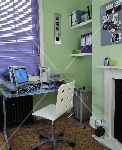 modernes home office im hellgr n gestrichenen raum bild. Black Bedroom Furniture Sets. Home Design Ideas
