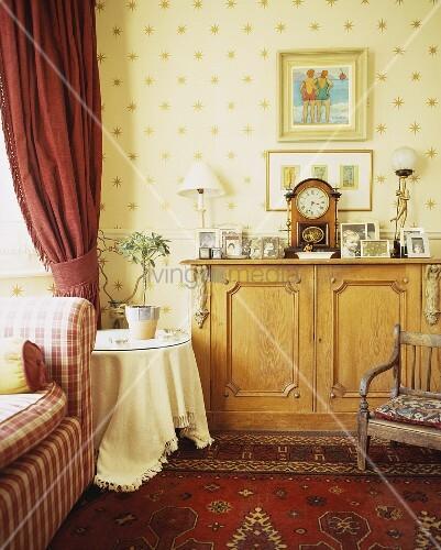 Kommode vor gemusterter tapete an wohnzimmerwand bild - Wohnzimmerwand tapete ...