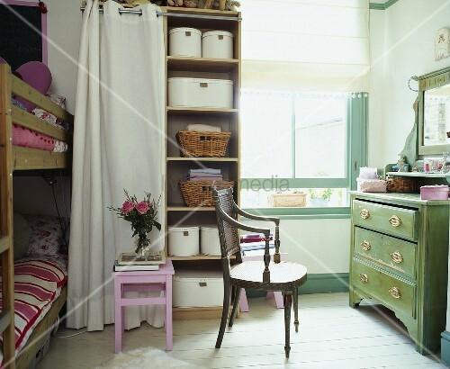 traditionelles kinderzimmer mit antikem stuhl vor gr ner rustikaler kommode bild kaufen. Black Bedroom Furniture Sets. Home Design Ideas