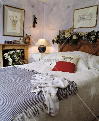 antikes doppelbett mit blau wei karierter tagesdecke und kamin im schlafzimmer bild kaufen. Black Bedroom Furniture Sets. Home Design Ideas