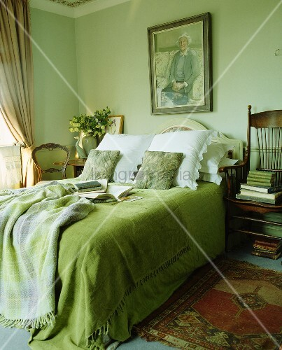 gr ne tagesddecke mit auf doppelbett in lindgr nem schlafzimmer bild kaufen living4media. Black Bedroom Furniture Sets. Home Design Ideas