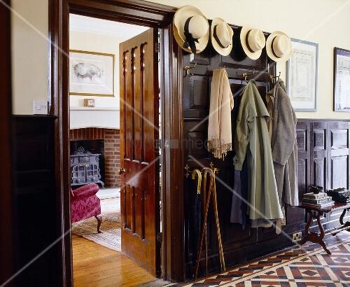 traditioneller hauseingang mit hutsammlung an garderobe. Black Bedroom Furniture Sets. Home Design Ideas