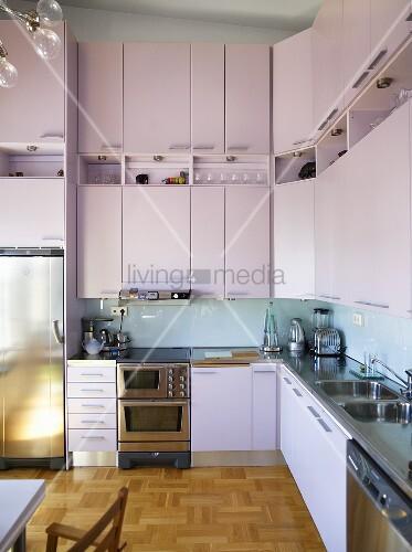 eine moderne k che mit hohen h ngeschr nken und einbauger ten bild kaufen living4media. Black Bedroom Furniture Sets. Home Design Ideas