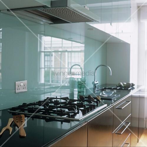 eine k che die schrankfronten aus edelstahl die r ckwand aus glas bild kaufen living4media. Black Bedroom Furniture Sets. Home Design Ideas