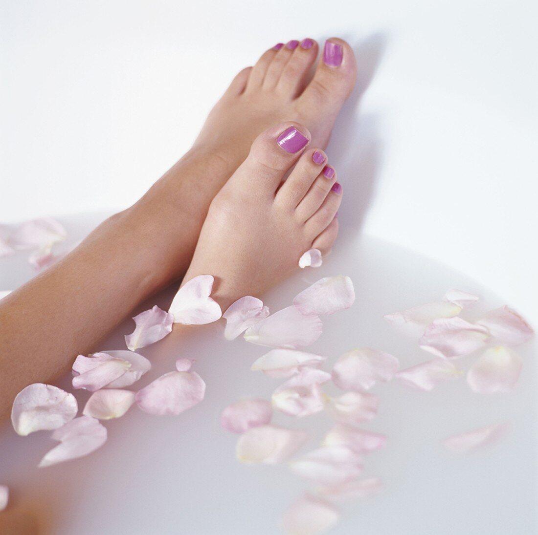Füsse einer Frau in der Badewanne mit … - Bild kaufen
