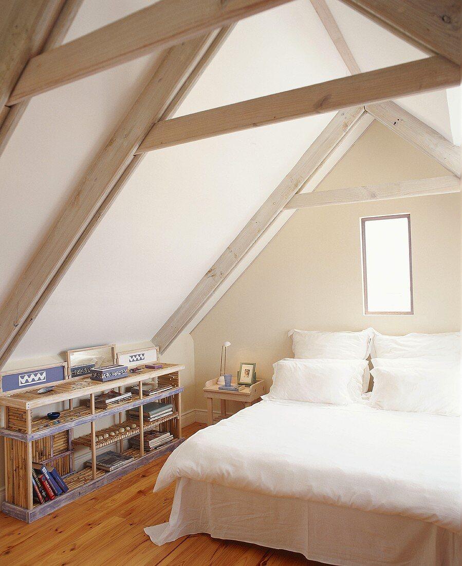 Schlafzimmer im Dachgeschoss – Bild kaufen – 341681 living4media
