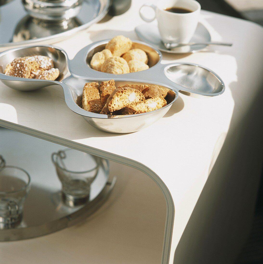 Biscotti e caffè (Biscuits to serve with coffee, Italy)