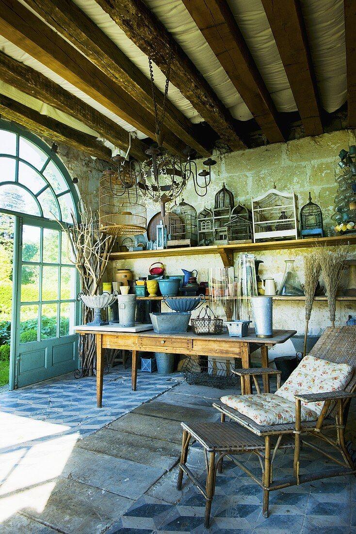 Gartenpavillon mit antikem Gartenzubehör & Deko im Schloss La Verrerie (Frankreich)