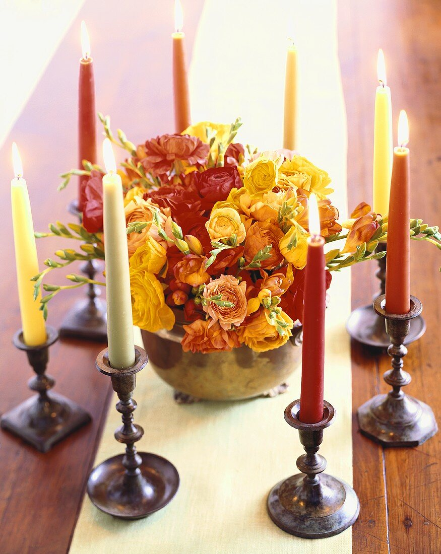Rosenstrauss umgeben von Kerzen