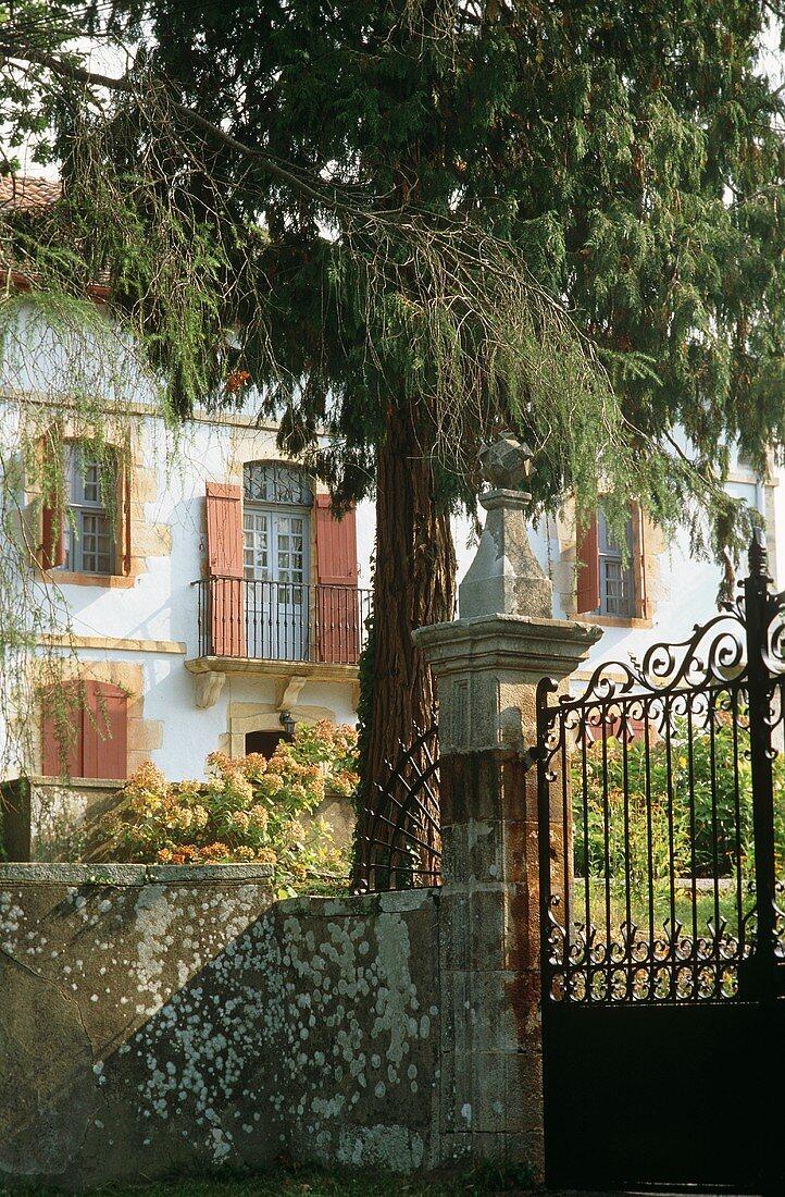Blick auf Haus mit französischem Balkon in Sare (Aquitanien, Frankreich)