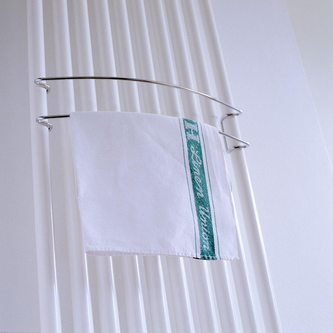 Geschirrtuch auf Handtuchhalter am … – Bild kaufen