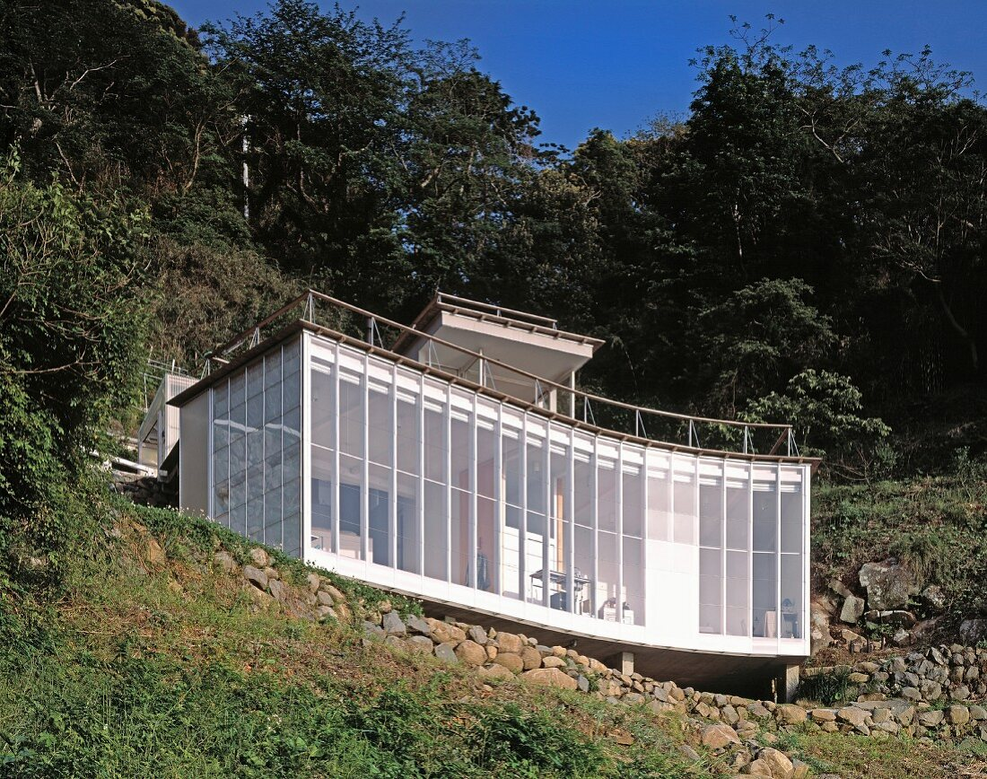 Neubauhaus mit geschwungener Fassade am Hang, Haus Izu von Atelier Bow-Wow,Tokio, Japan