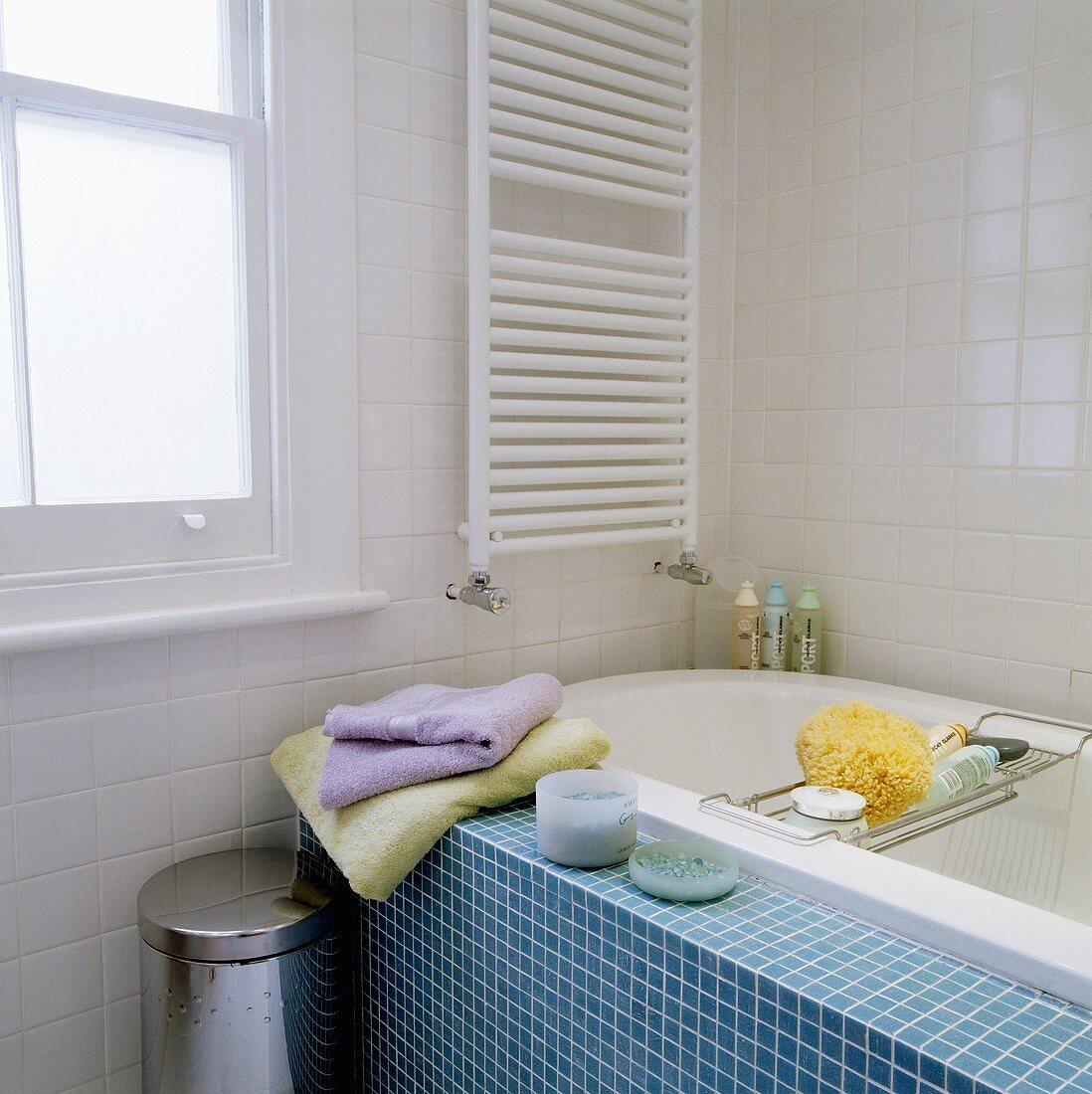 Badezimmer mit blauen Mosaikfliesen auf … – Bild kaufen – 20 ...
