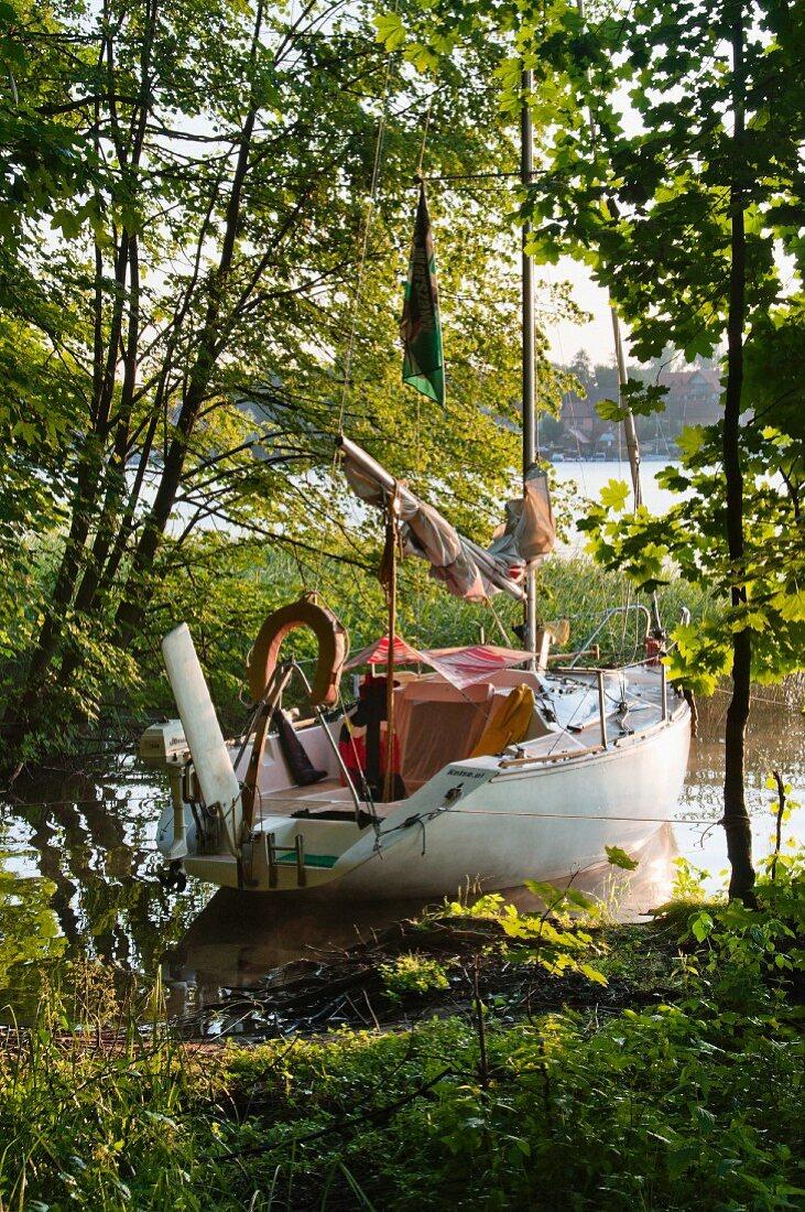 Anlegestelle mit altem Segelschiff, Ermland-Masuren, Polen