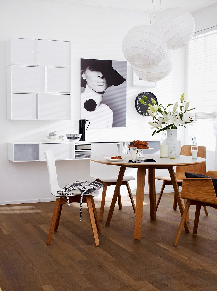 Interior with dining table & invisible hifi system integrated in wall-mounted shelving