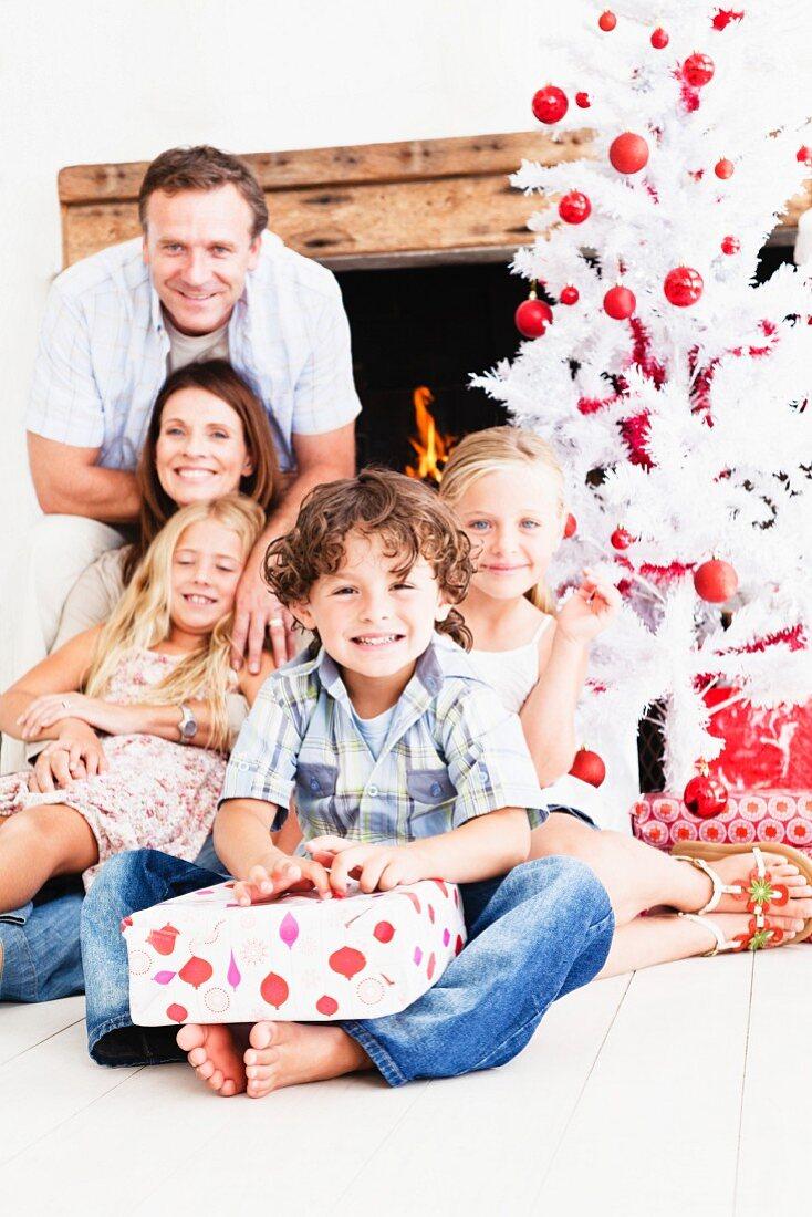 Familie beim Christbaum