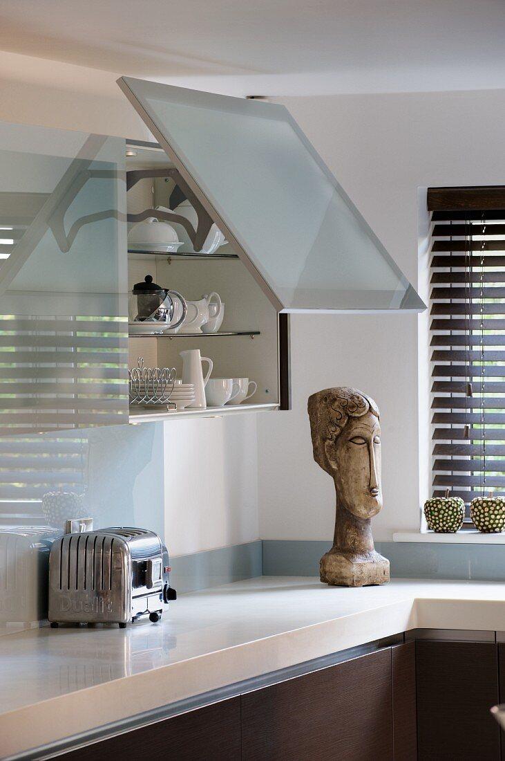 Küchenoberschrank mit geöffneter Lifttür in Akzentglas