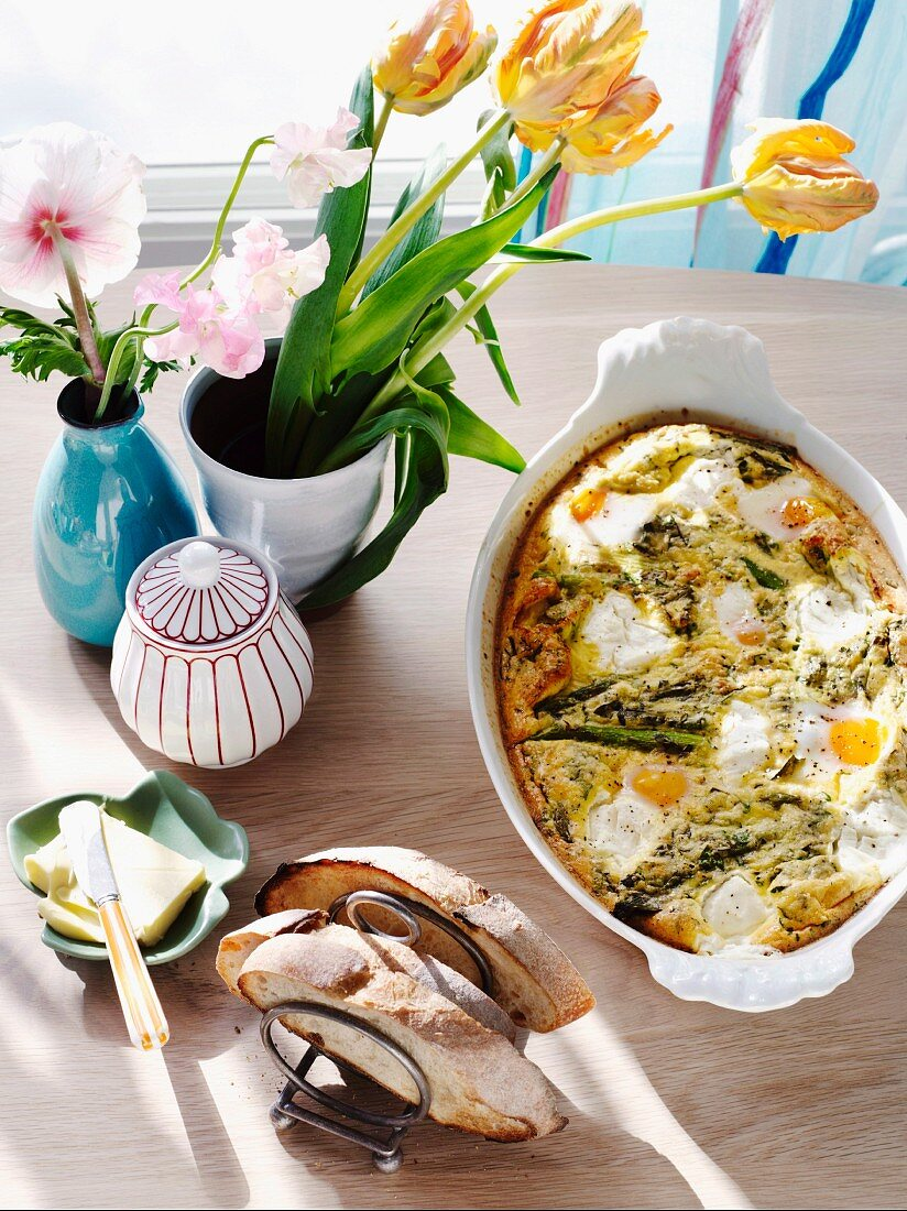 Baked asparagus with eggs and herb quark