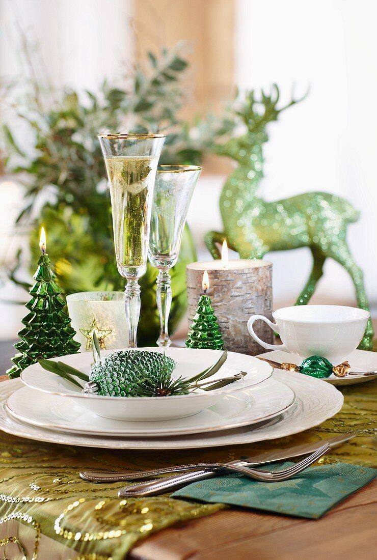 Festliches Gedeck auf einem Weihnachtstisch