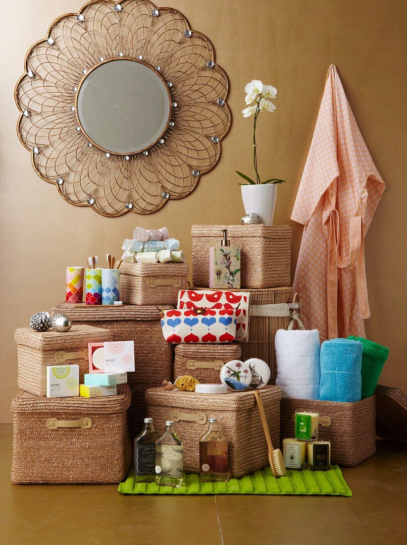 Various Christmas gifts for the bathroom: straw baskets, soaps, beakers, soap dispenser, towels, dressing gown, candles, bathmat, bubble bath, sponge