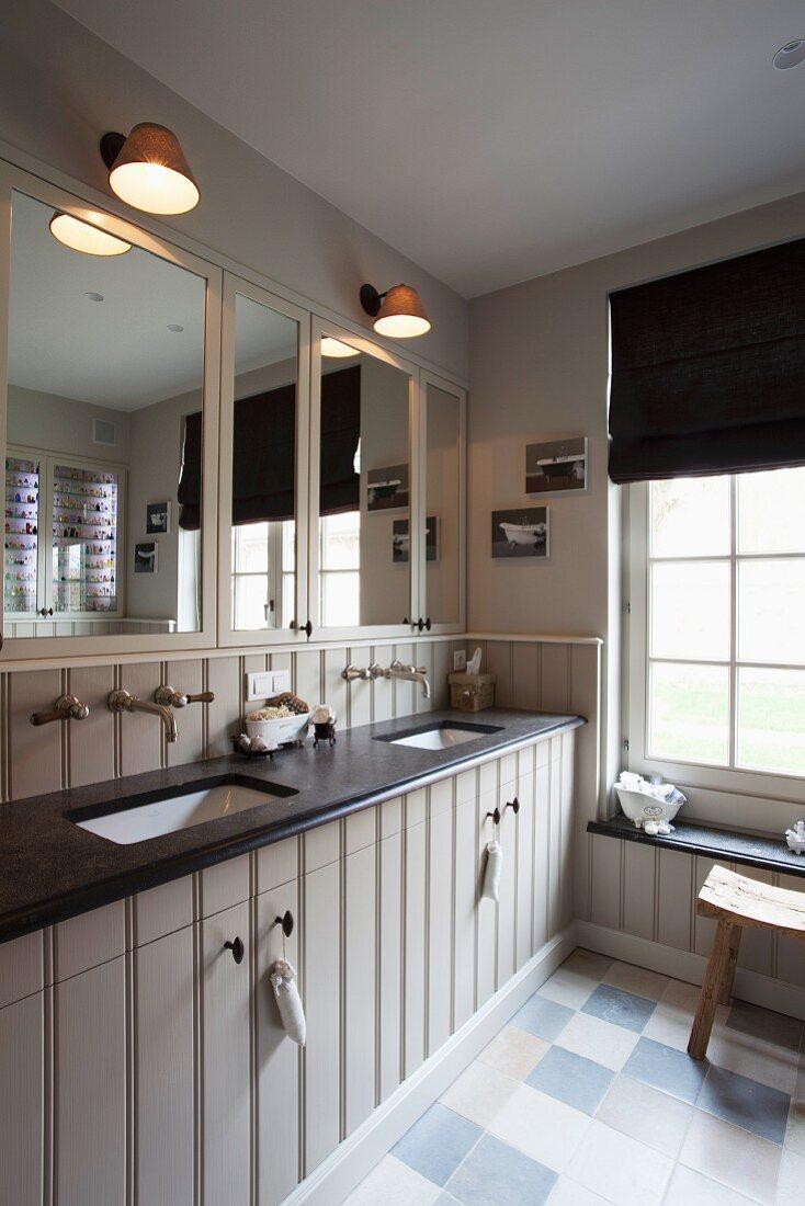 Landhaus Waschtischzeile mit schwarzer Waschtischplatte, Retroarmaturen und eingebautem Spiegelschrank