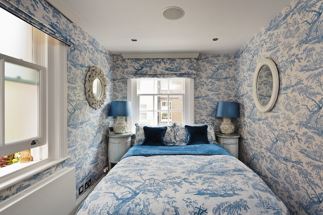 Bedroom in fresh blue and white with … – Buy image – 11198887 ❘ living4media