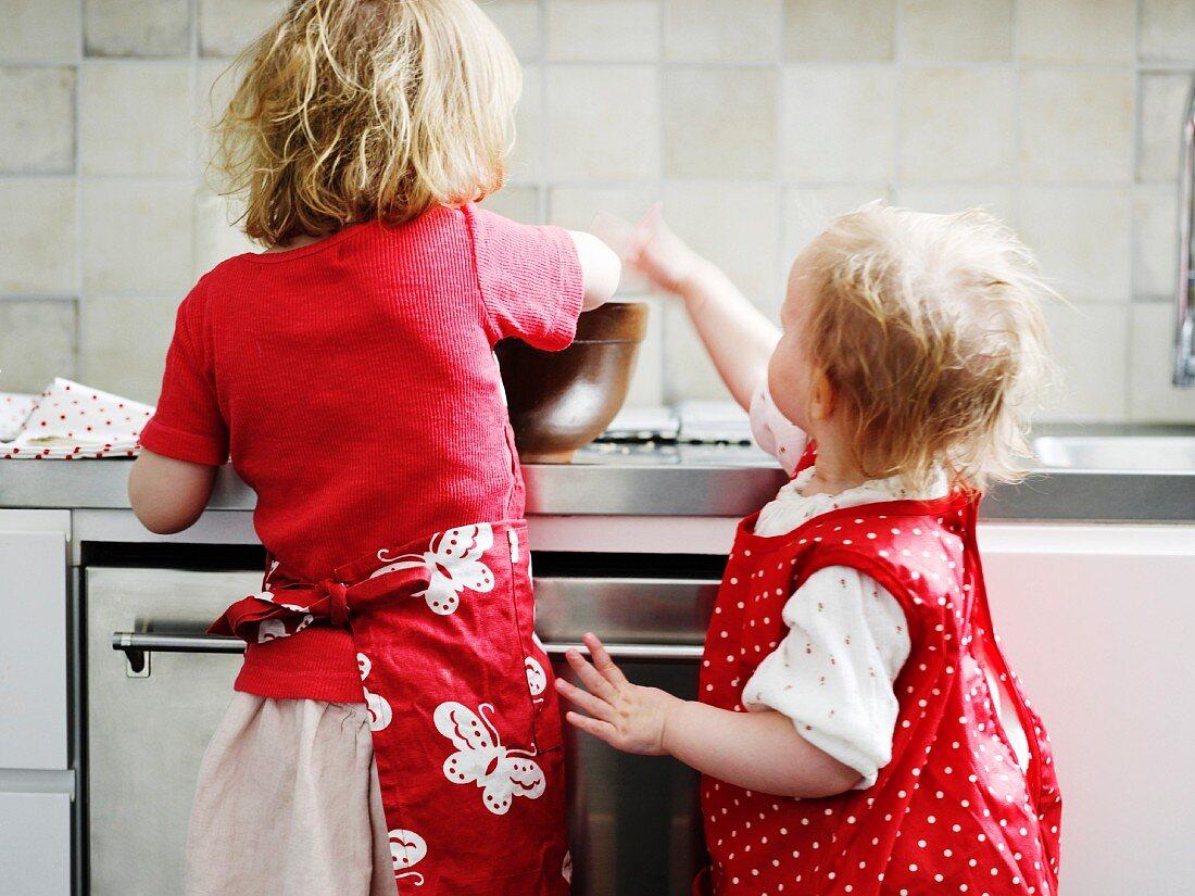 Zwei Versaute Mädchen In Küche