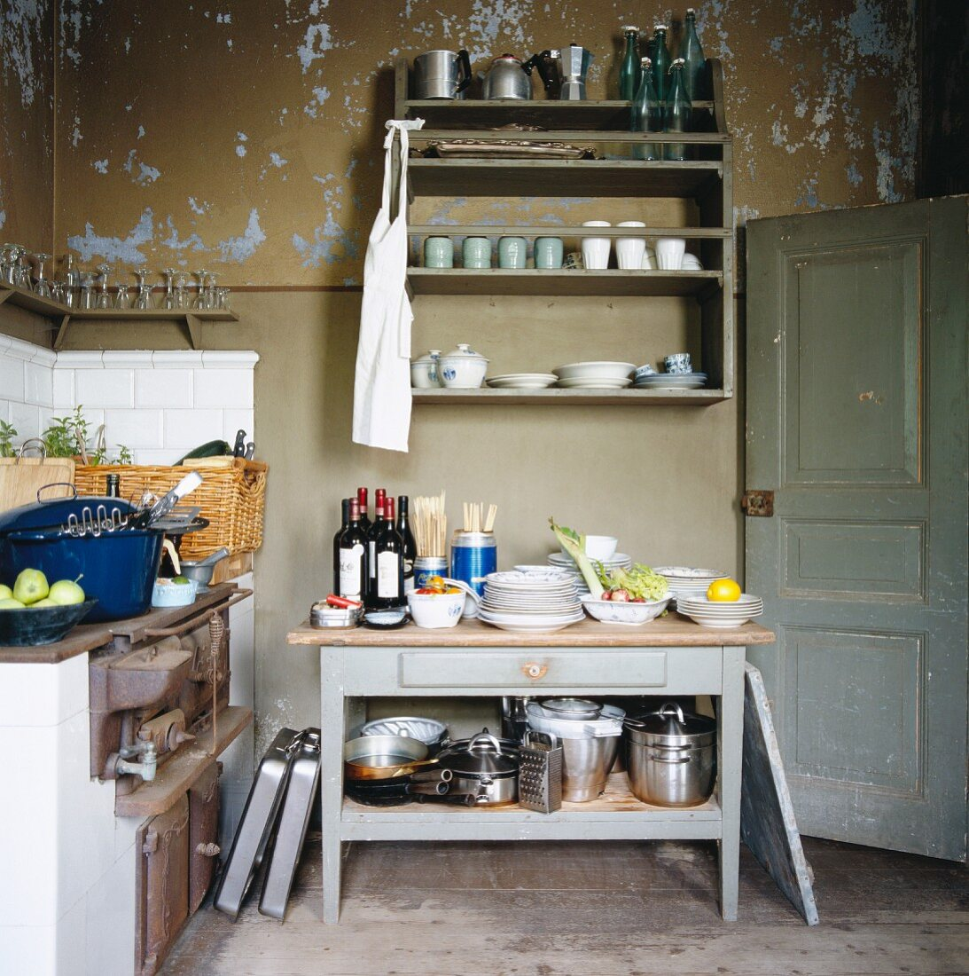 Schlichte Küche mit abblätternder Farbe an Wand