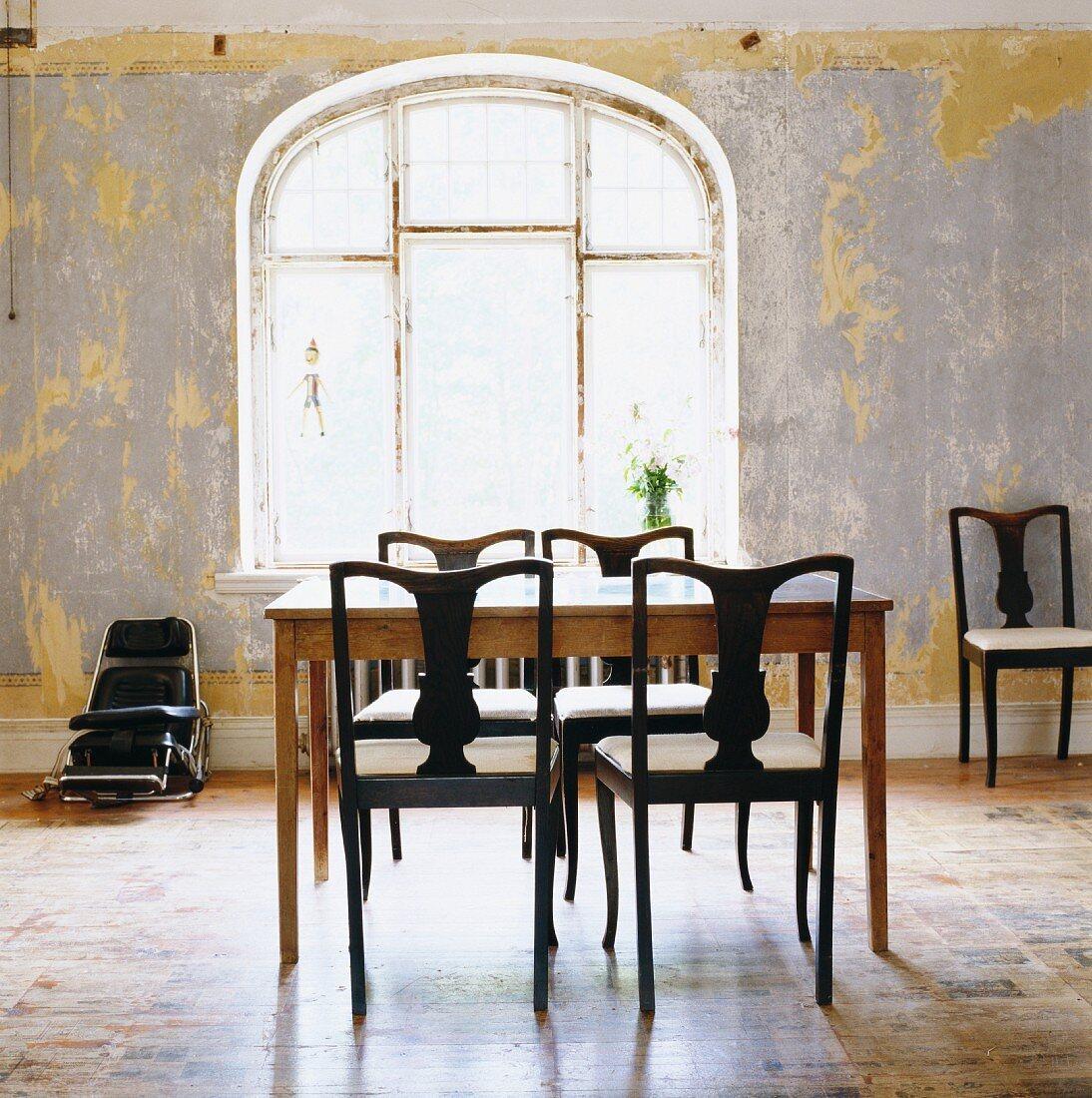 Schlichter Tisch Und Elegante Dunkle Bild Kaufen 11219067 Living4media