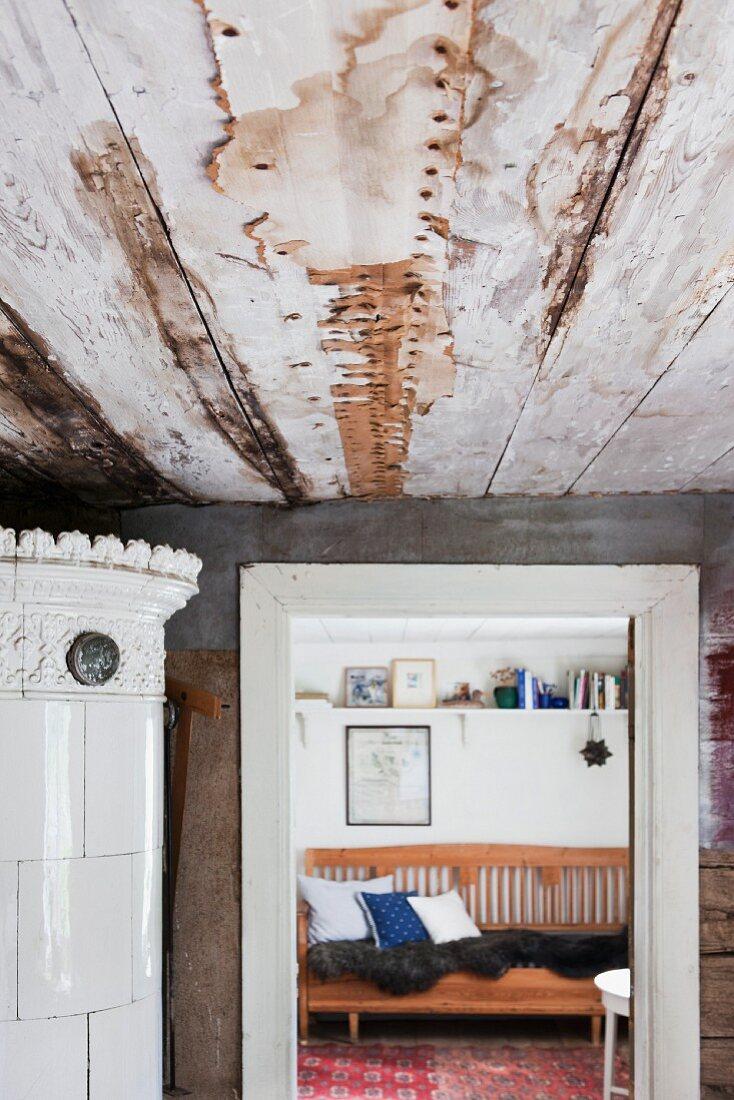 Wohnraum mit beschädigter Holzdecke