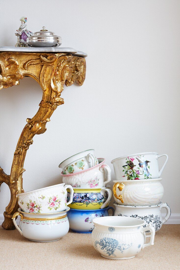 Porcelain cups next to a rococo wall table