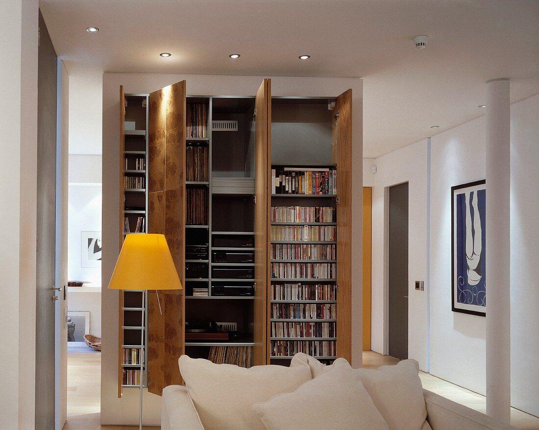 Stehlampe Mit Gelbem Schirm Neben Sofa Bild Kaufen 11003935 Living4media