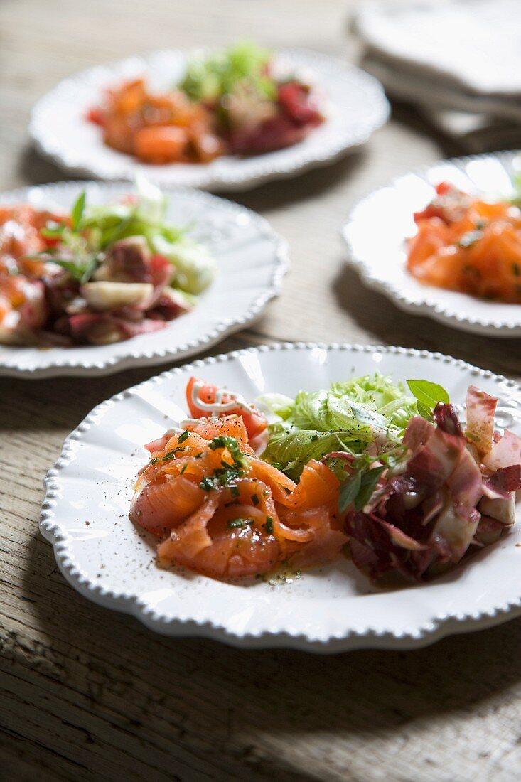Vorspeisenteller mit Lachs und Salat