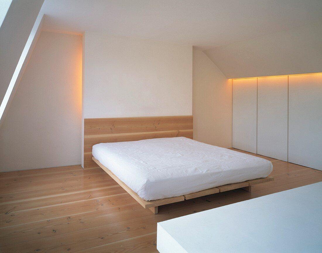 Einfaches Schlafzimmer Mit Matratze Auf Bild Kaufen 11019559 Living4media