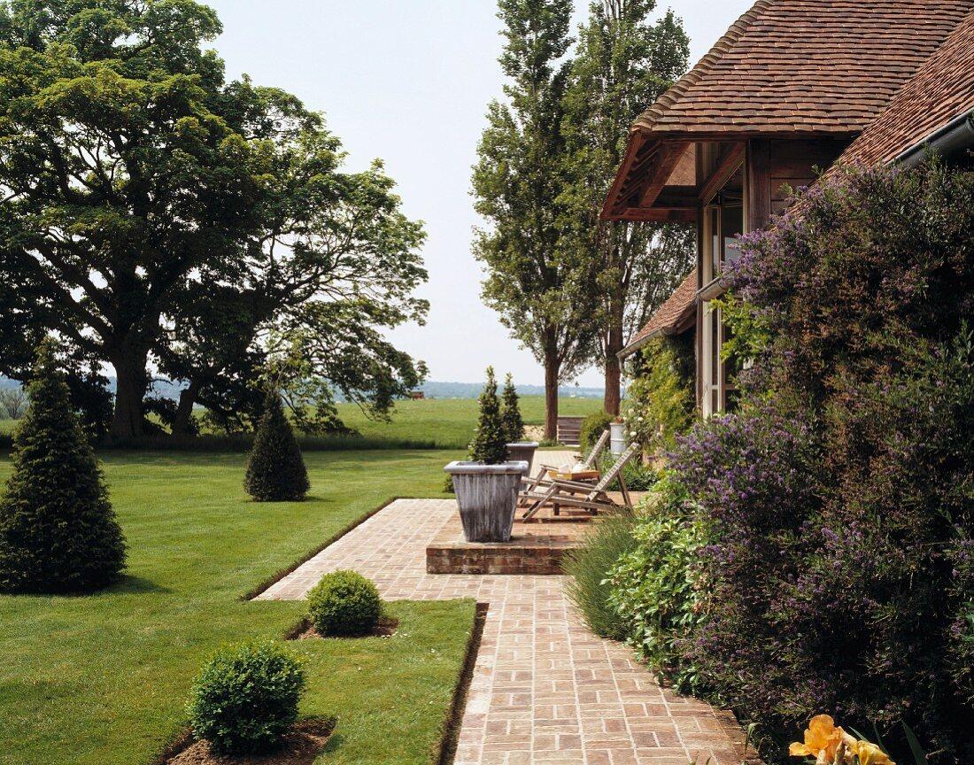 Landhaus mit Terrasse und gepflegtem, … – Bild kaufen – 20 ...