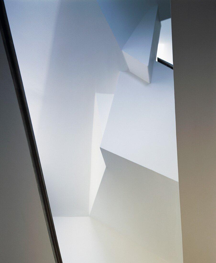 Kubistische, verschachtelte Wandschrägen mit Lichteinfall