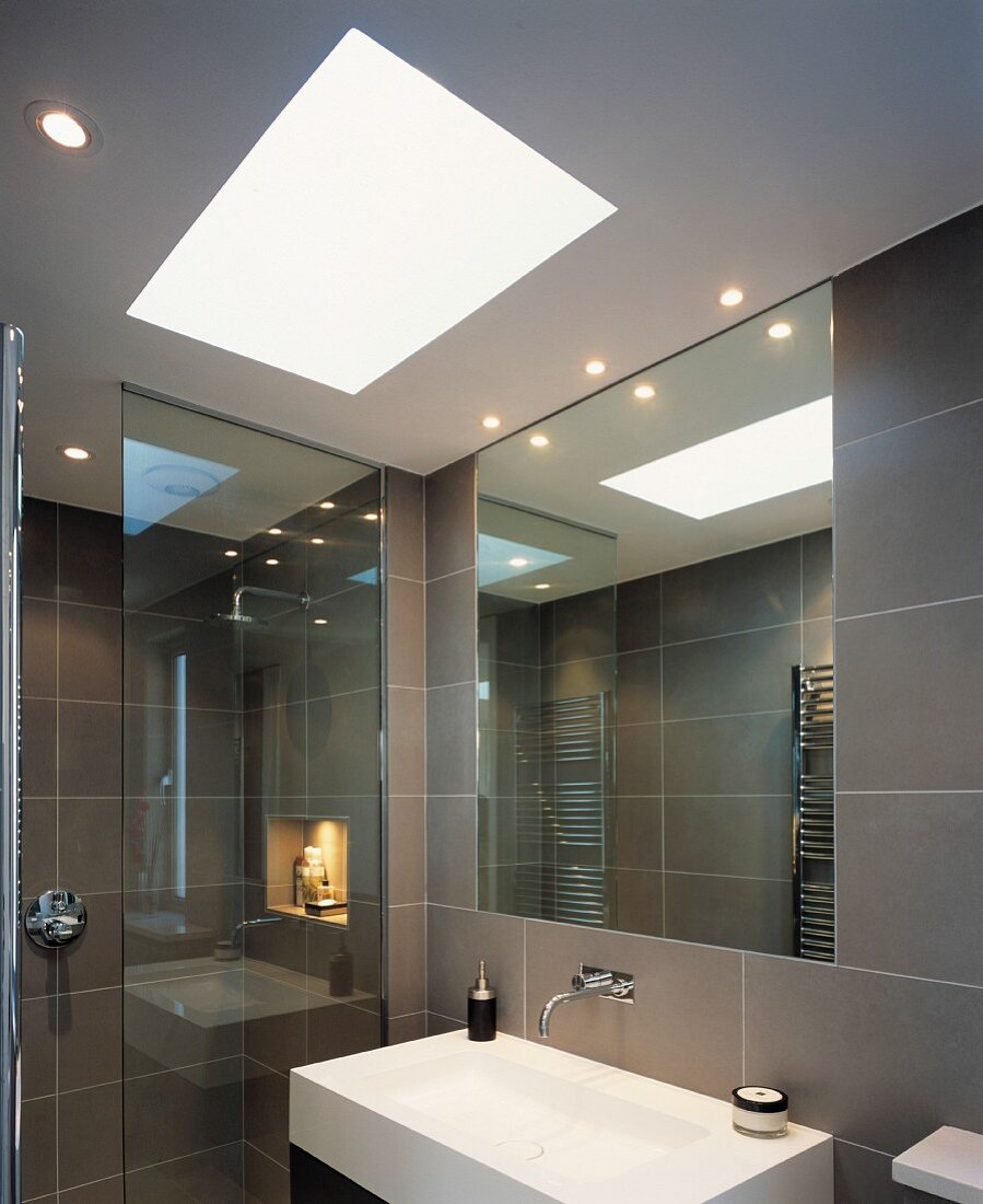 Modernes, grau gefliestes Badezimmer mit … – Bild kaufen ...