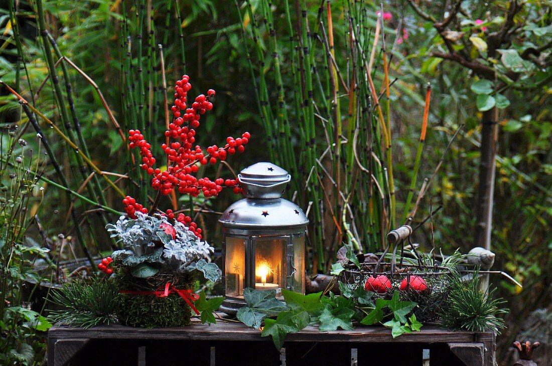 Adventsdeko im Garten mit Windlicht