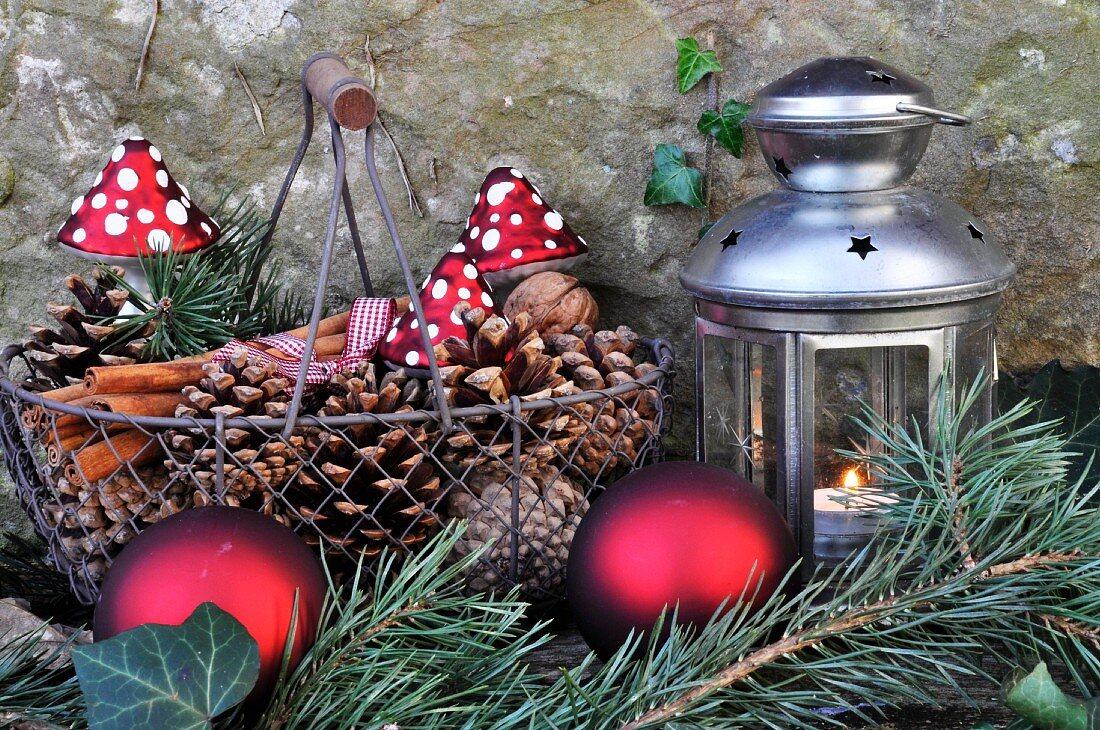 Adventsdeko mit Windlicht im Garten