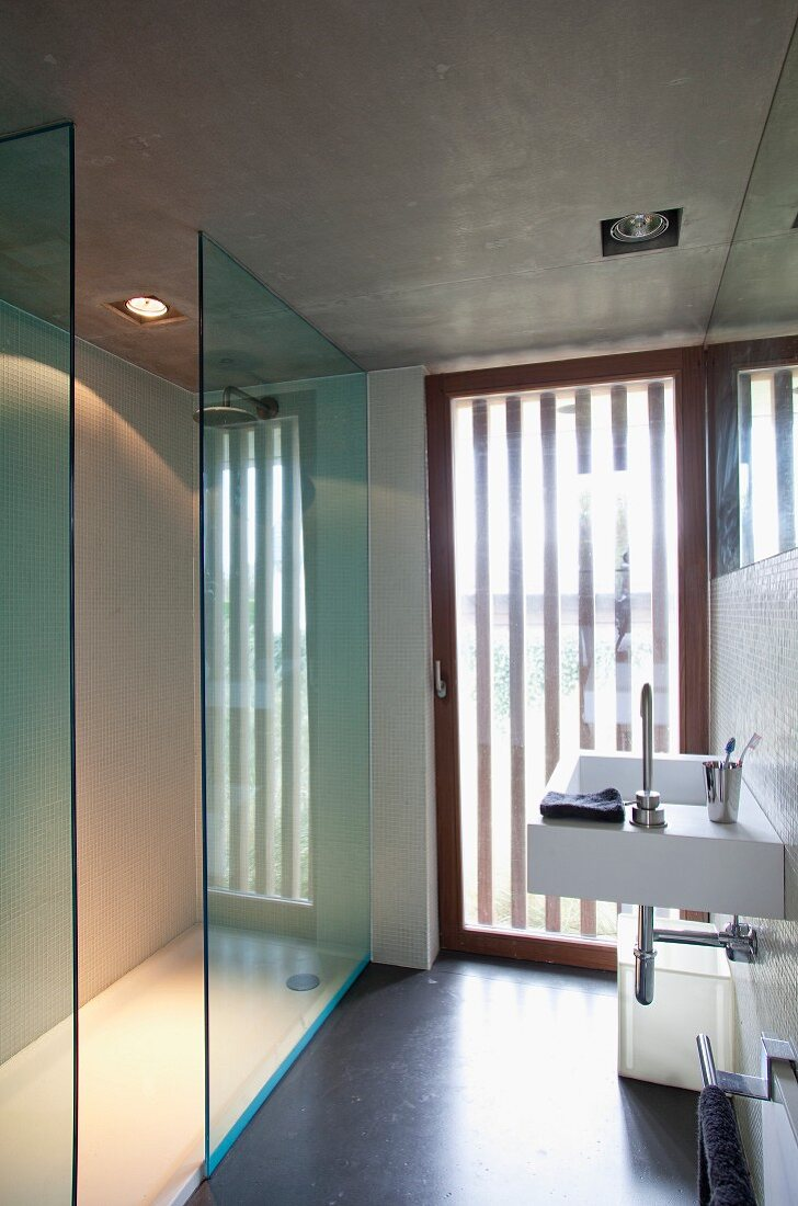 Puristisches Badezimmer mit gestreift … – Bild kaufen – 20 ...