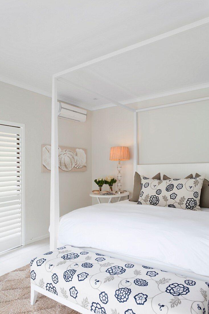 Doppelbett mit weißem Himmelgestell an … – Bild kaufen