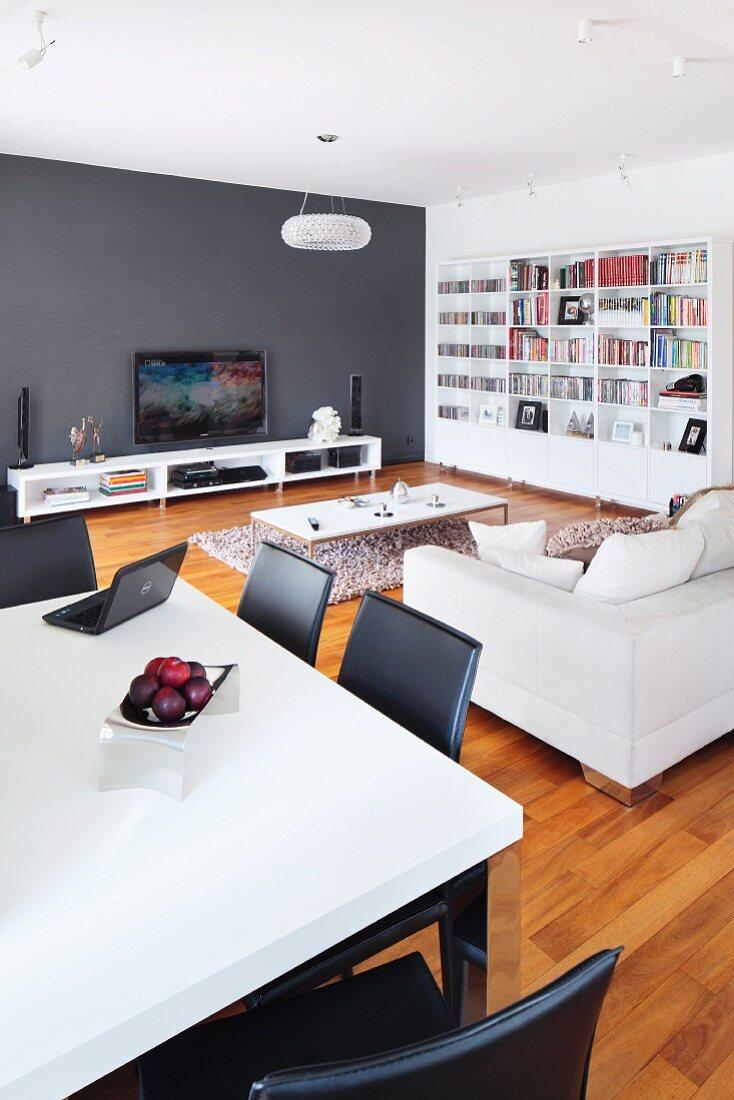 Weisser Esstisch Und Schwarze Stuhle Vor Bild Kaufen 11296599 Living4media