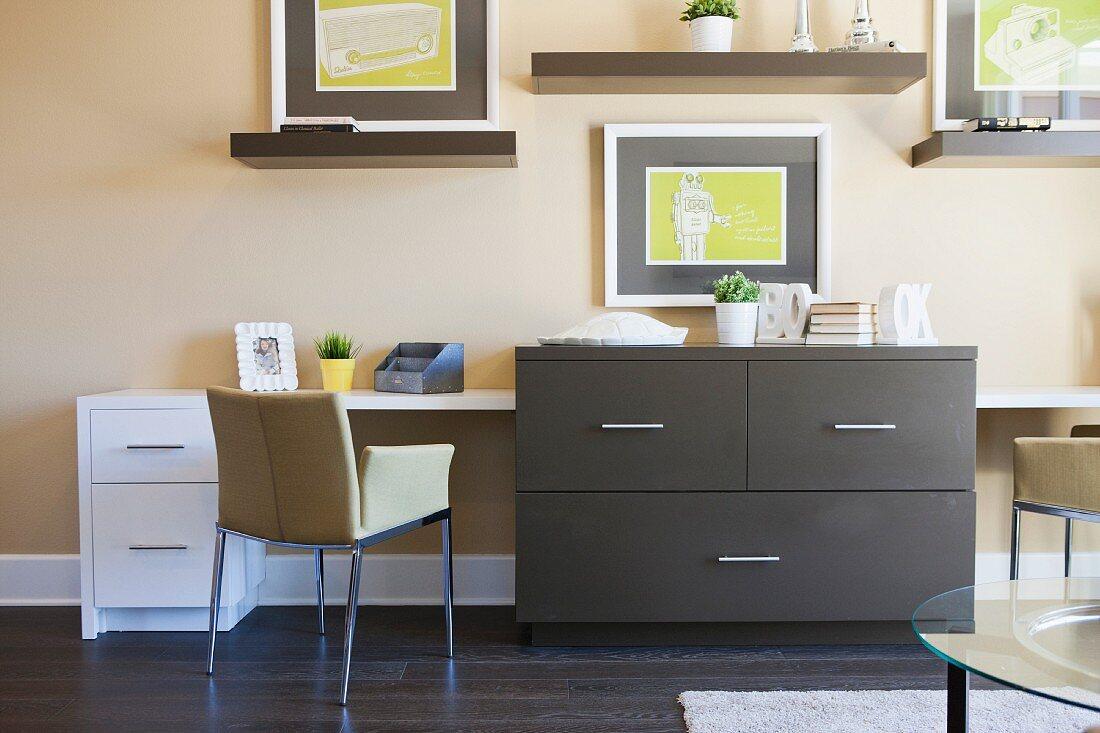 Moderner Wohnraum mit grauer Kommode, Wandbildern, Konsolen & Schreibtisch