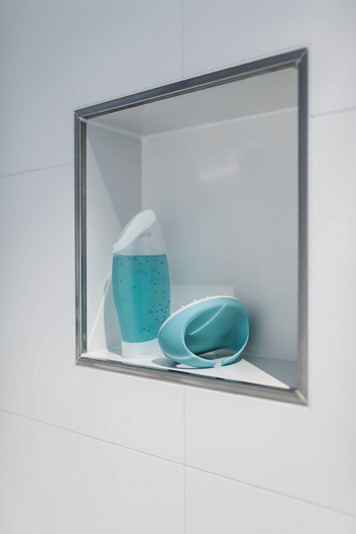 Markanter Akzent in der weissen Fliesenfläche einer begehbaren Dusche durch den Metallkanten-Abschluss einer Wandnische